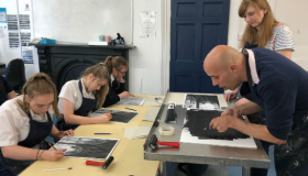 Leckhampton Artist in Residence Steve Hart drawing with class